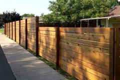 стильный забор из деревянный досок