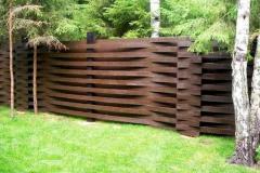 темный забор из дерева