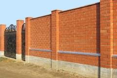 Сплошной забор из кирпича