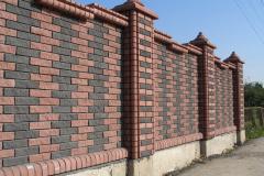 Забор из кирпича двухцветный