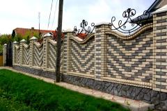 Забор из цветного кирпича