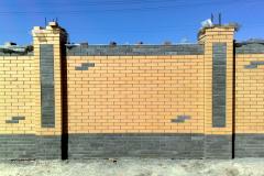 Забор из кирпича двух цветов