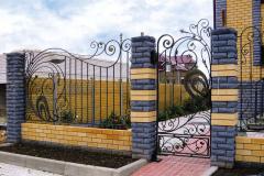 Кованы забор с кирпичными столбами