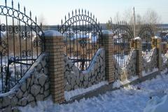 Кованый забор с имитацией камня