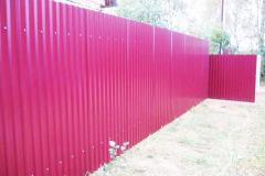 Розовый забор из профилированного листа