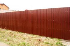 Коричневый сплошной забор из профнастила
