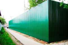 Зеленый сплошной забор из профнастила