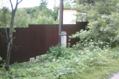 Забор из профнастила на склоне