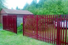 красный забор из металлического штакетника