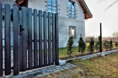 серый забор из металлического штакетника