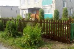коричневый забор из металлического штакетника