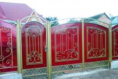 кованый забор с красным поликарбонатом