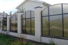 секции из поликарбоната в комбинированном заборе