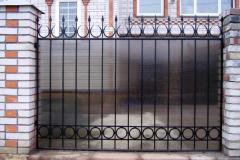 забор с коваными секциями и с поликарбонатом