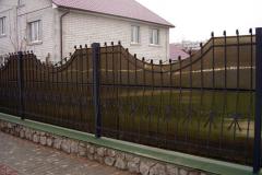 кованый забор с покрытием из поликарбоната