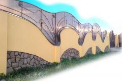 оригинальный забор с секциями из поликарбоната