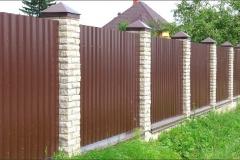 Забор из профлиста с кирпичными столбами