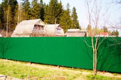 Сплошной забор из профнастила зеленого цвета