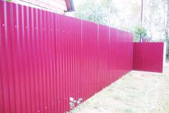 забор розовый из профнастила