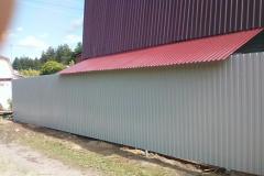 забор из профлиста под крышей