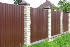 Забор из профнастила со столбами из кирпича