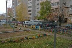 забор из рабицы во дворе