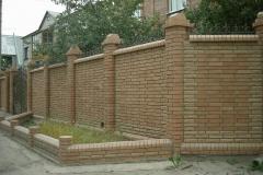 забор из кирпича для дома