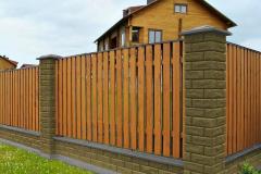 забор для дома из штакетин из дерева