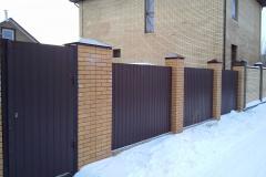 красный забор для частного дома