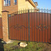 Распашные ворота кованые с профнастилом