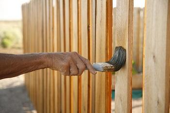 Окрашивание деревянного забора